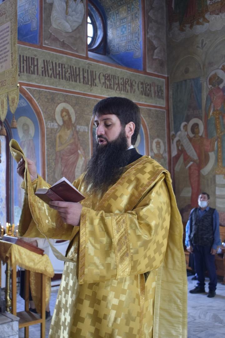 Епископ Новокузнецкий и Таштагольский Владимир совершил всенощное бдение в Спасо-Преображенском соборе